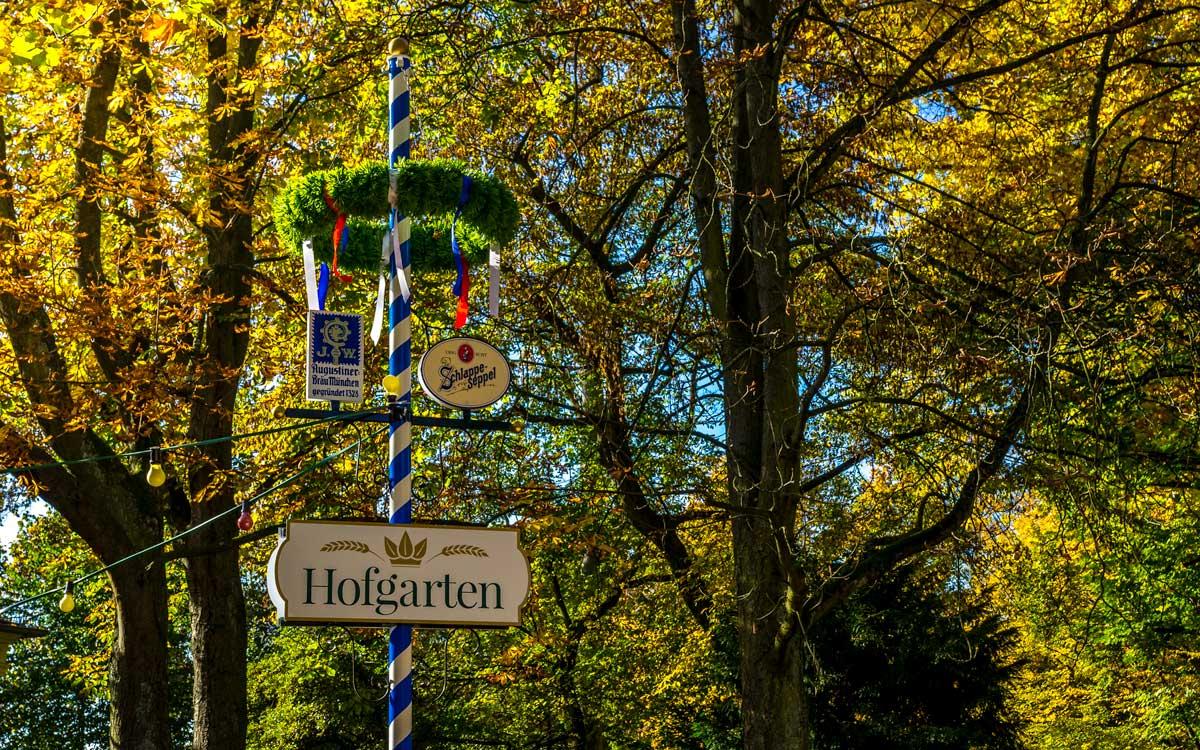 Maibaum im Biergarten des Hofgartens